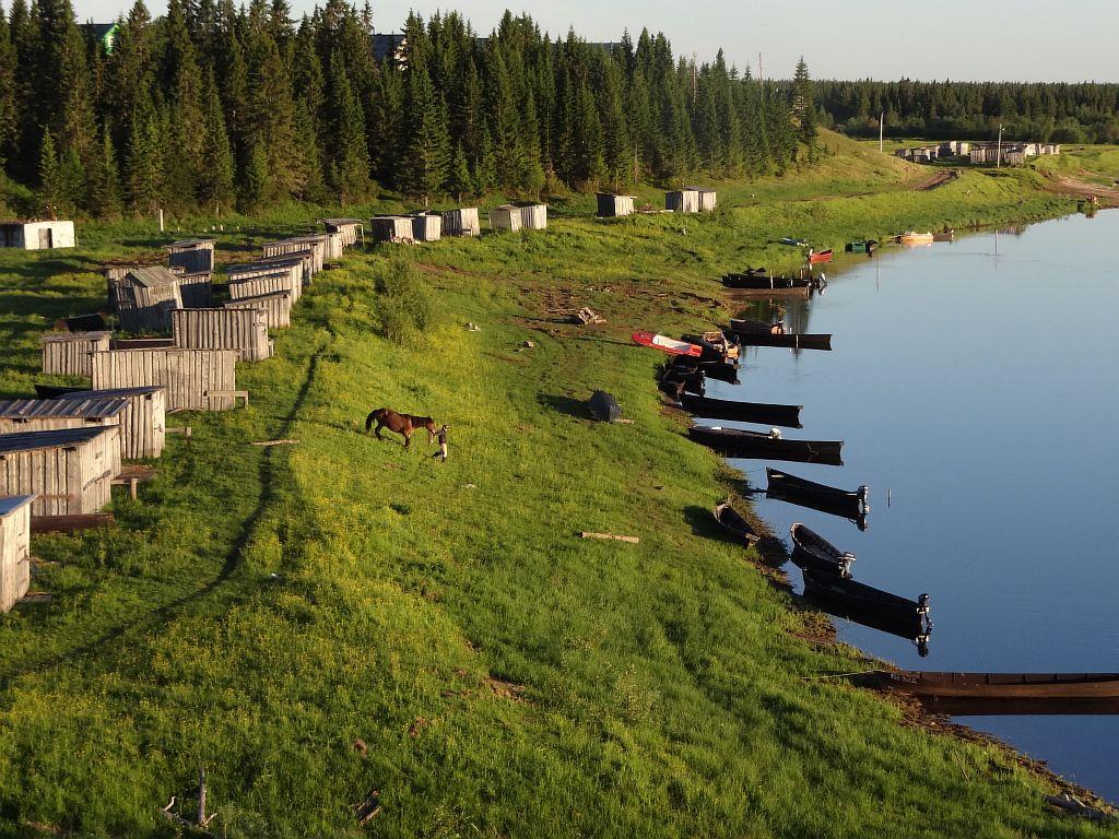 Лодки на реке Сояна Мезенский район Архангельской области