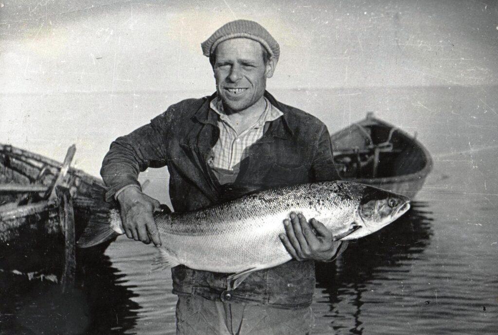 Карбаса принадлежат колхозу. Предназначены для прибрежной ловли в море.  На фото Юдин Сазон Дионисович - рыбак и карбасный мастер.