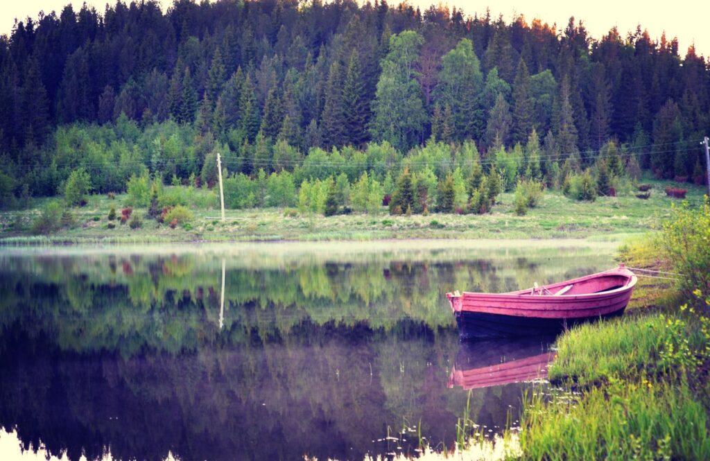 Карбас принадлежит Петровой Валентине Николаевне. (Размер: 4,80 х 1,80 м.). Предназначен для ловли рыбы в озере. Мастер – Петров Василий Ефимович.